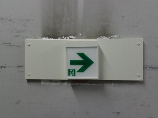 壁埋込型誘導灯交換工事